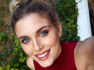 Ashley James z głębokim dekoltem