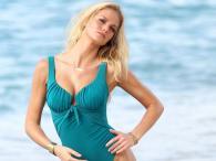 Erin Heatherton w strojach kąpielowych Victoria's Secret na plaży St. Barts